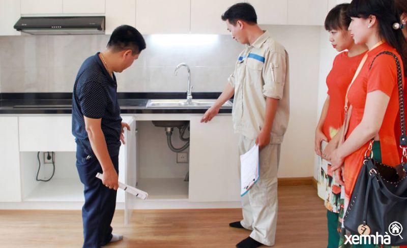Người mua nhà đi nhận bàn giao căn hộ chung cư