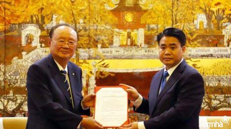 Chủ tịch thành phố Hà Nội trao giấy chứng nhận xây trường đua ngựa